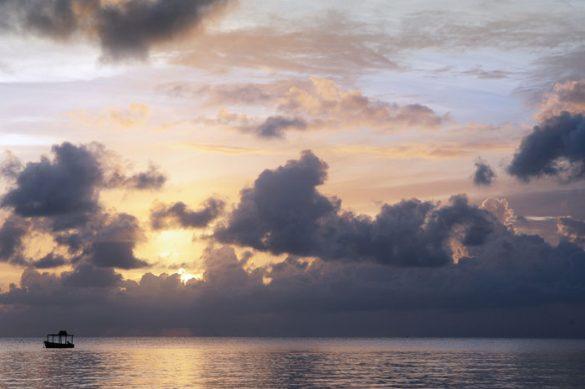 sončni zahod in ladja na obzorju