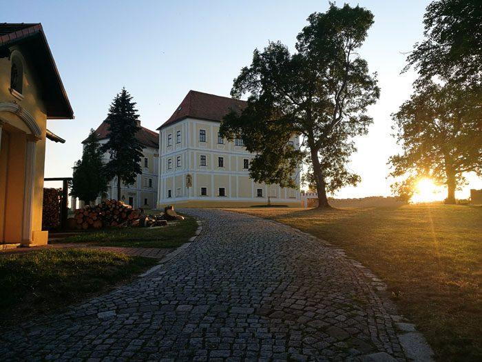 češki grad lednice ob sončnem zahodu