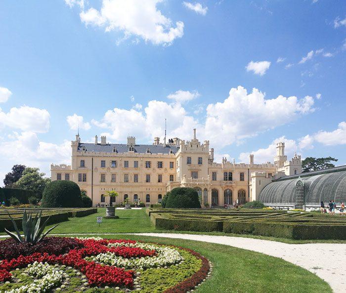 najlepši češki gradovi: grad lednice z urejenim vrtom in rastlinjakom