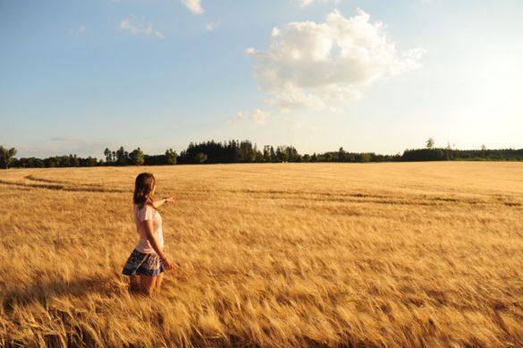 Ženska sredi žitnega polja