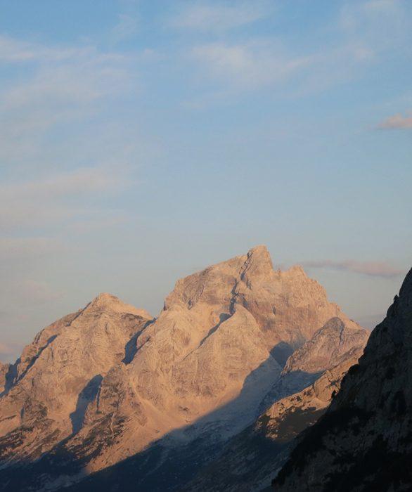 gora jalovec obsijana s sončnimi žarki