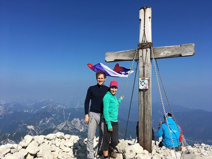 planinca ob križu na vrhu gore Mangart