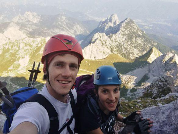 planinca s čeladami plezata na mangart