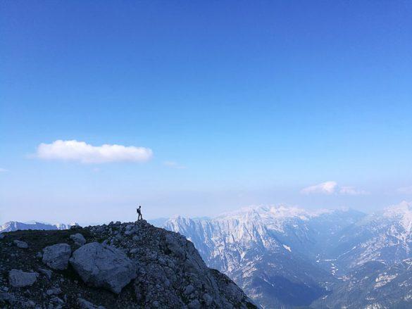 planinec na razgledni ploščadi na mangartu