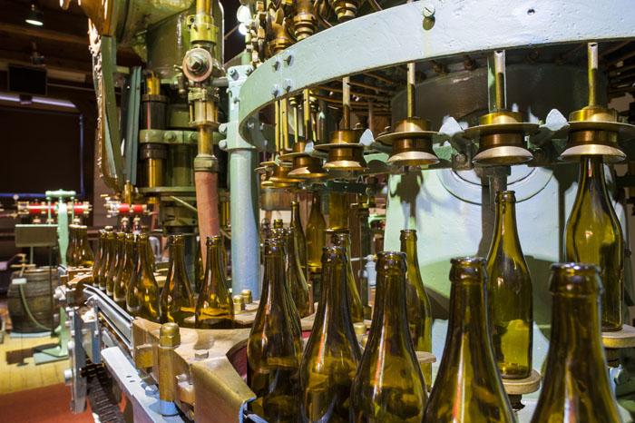 starinske steklenice v polnilnem stroju iz leta 1953