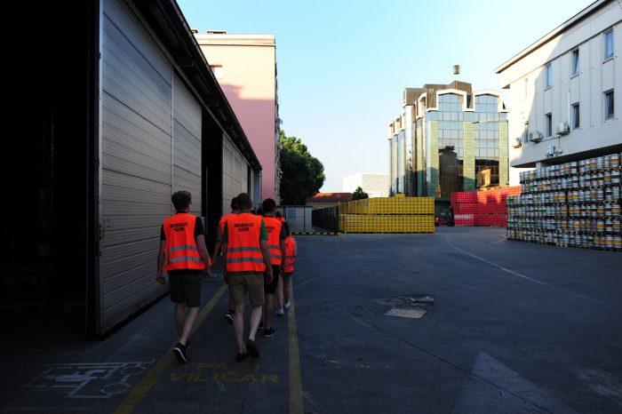 obiskovalci Union Experience v oranžnih odsevnih jopičih