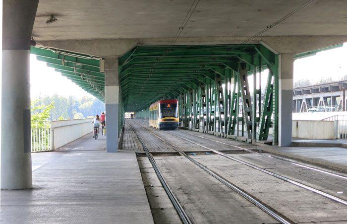 Tramvaj na mostu preko reke Visla v Varšavi