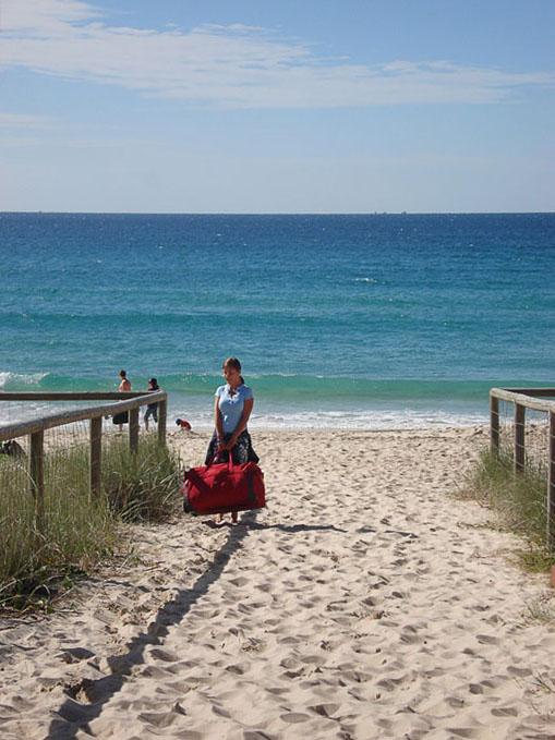 Turistka s prtljago na plaži