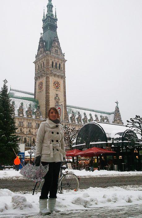 ženska pred mestno hišo v Hamburgu