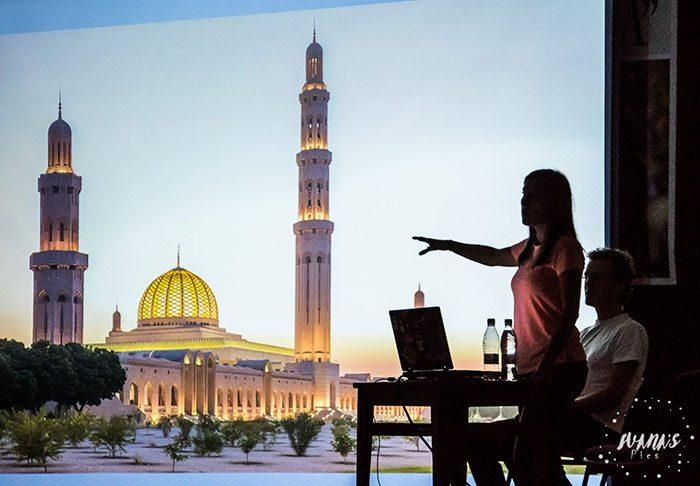 ženska na predstavitvi države Oman, potopisna predavanja