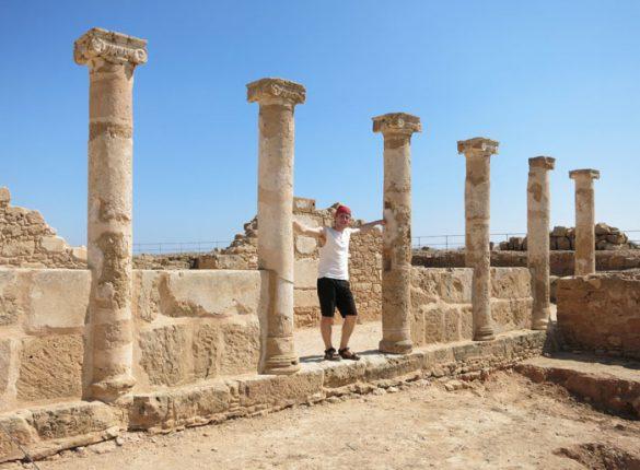Moški v antičnem grškem stebrišču Paphos Ciper