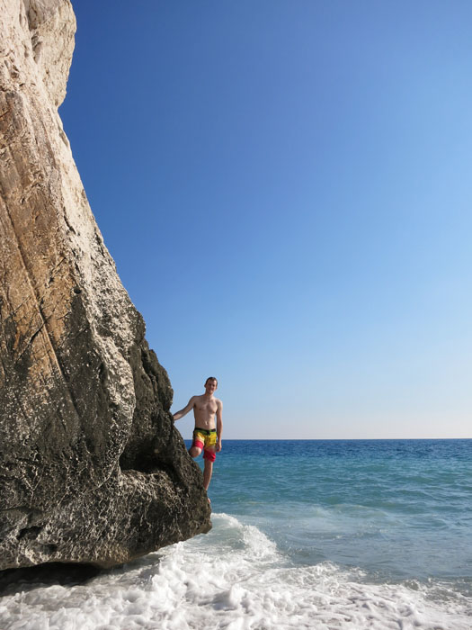 Afroditina skala na Cipru in moški, ki pleza nanjo