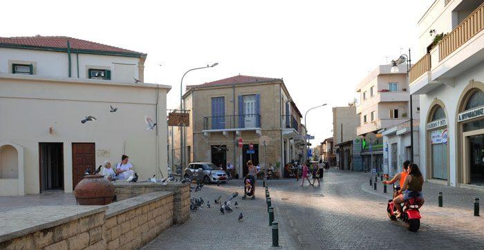 ulica Larnake ob sončnem zahodu
