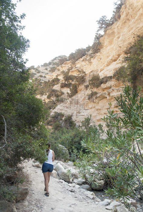 ženska hodi po soteski Avakas Gorge