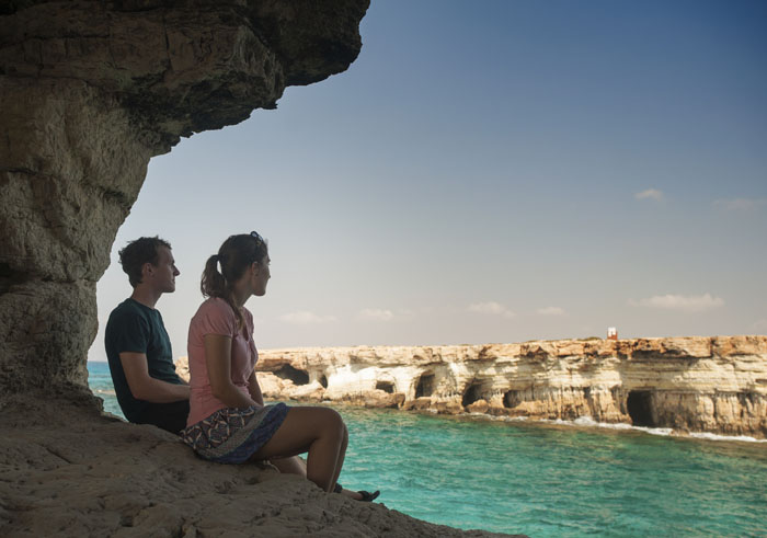moški in ženska v Cape Greco, v morski jami