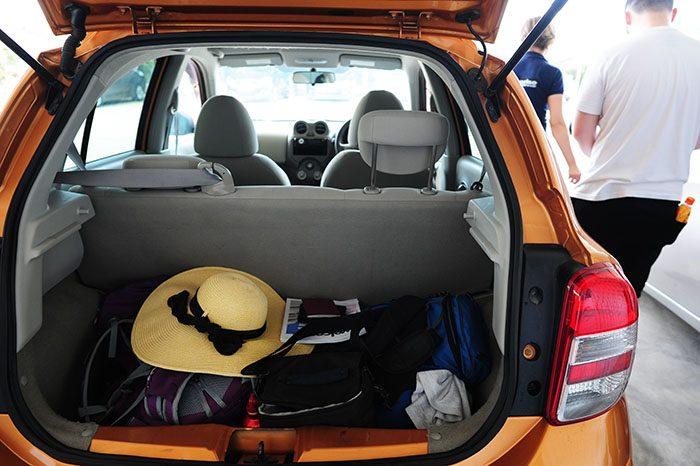 prtljažnik, poln potovalne opreme