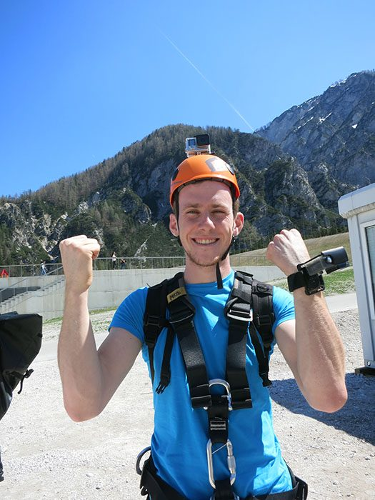 moški opremljen za zipline v planici