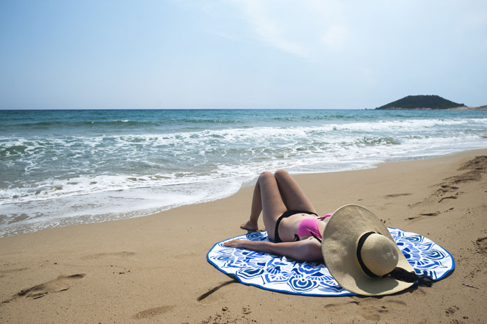 ženska na peščeni plaži na Severnem Cipru