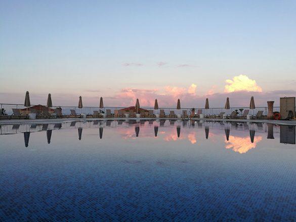 Hotelski bazen ob sončnem zahodu