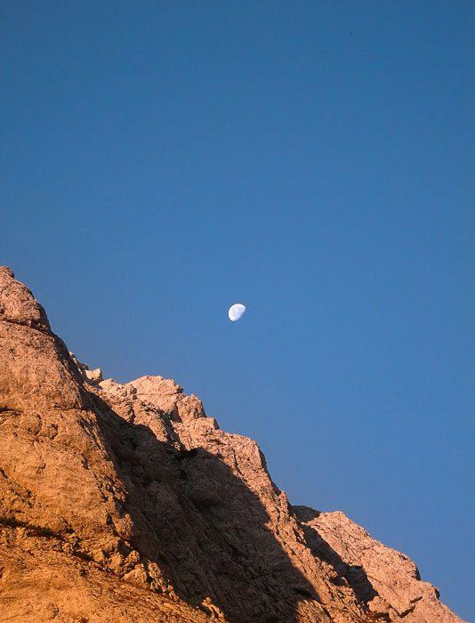 gore ob sončnem vzhodu in luna