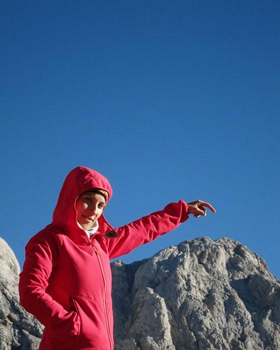 ženska kaže na goro Skuta