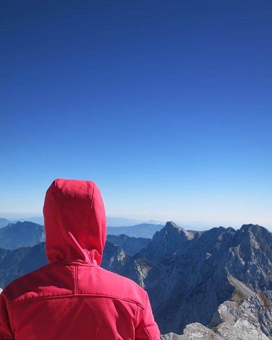 ženska gleda gore, Karavanke in Kamniško Savinjske Alpe