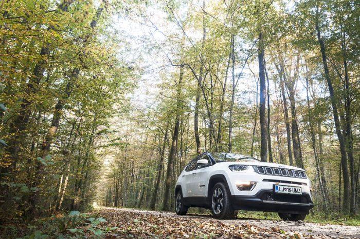 jeep compass na gozdni cesti