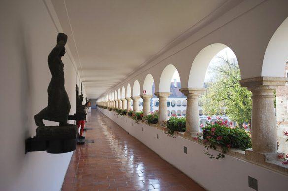 dolg hodnik samostana oz. galerije Božidar Jakac