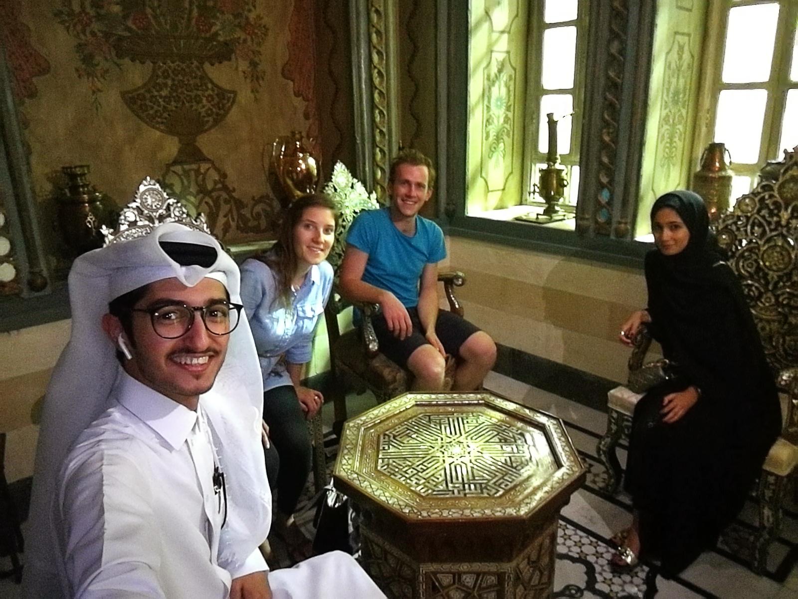 skupina Arabcev in zahodnjakov v dnevni sobi