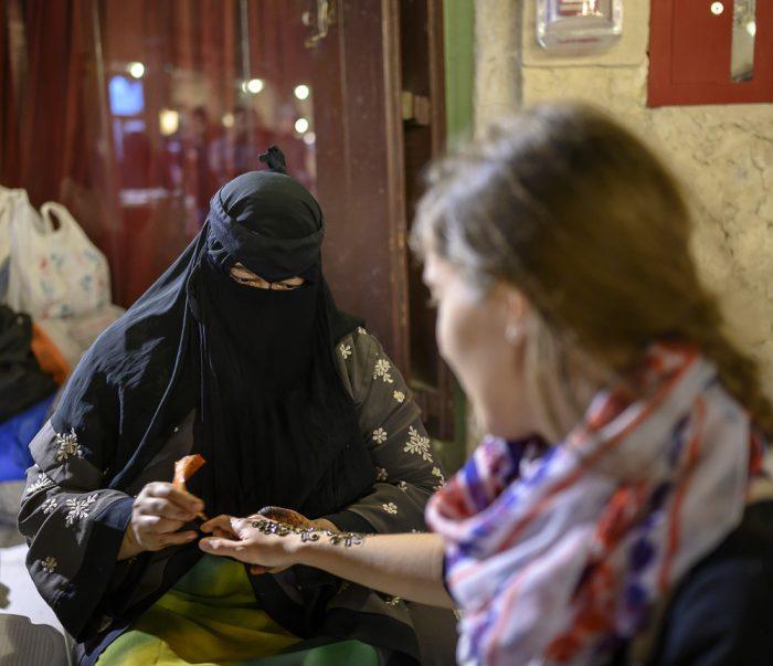 arabska ženska slika s kano na roko belke
