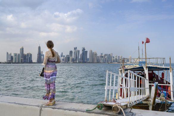 ženska gleda Doha Skyline