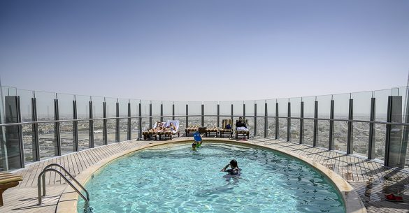 Bazen z razgledom v stolpnici Torch v Dohi