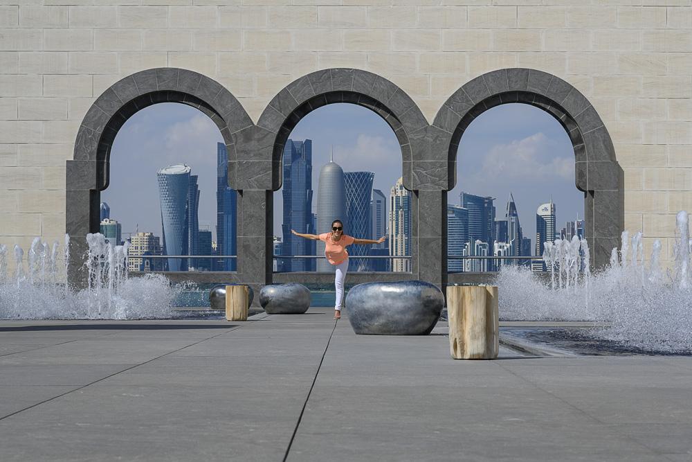 ženska v muzeju islamske umetnosti v Dohi