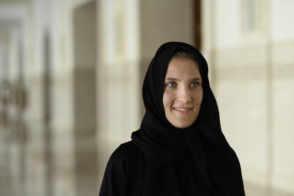 ženska v abaji in s hidžabom na glavi
