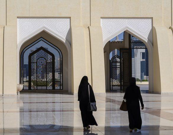 muslimanska ženska v abaji hodi po mošeji v Katarju