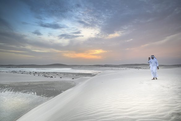 moški v arabski obleki v puščavi, katar