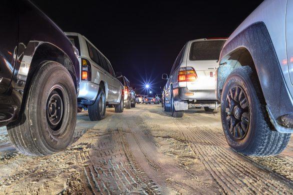kolona terencev v puščavi Sealine, Katar
