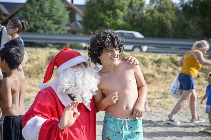 božiček in otrok na plaži