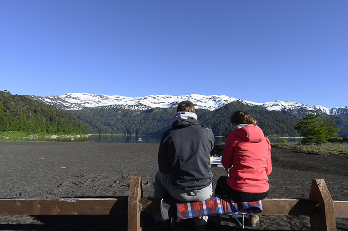 mož in žena sedita v naravi s pogledom na gore