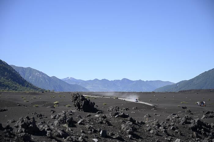 terenski avto v puščavi - črni zaradi vulkana