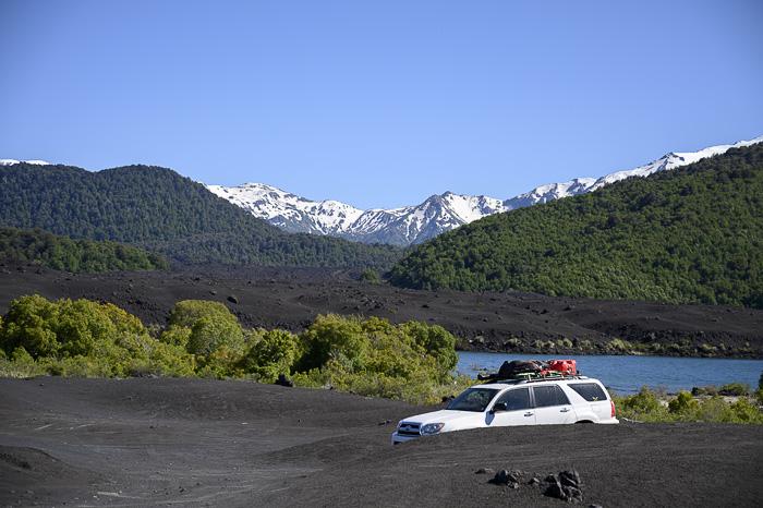 terenski avto na črnem pesku