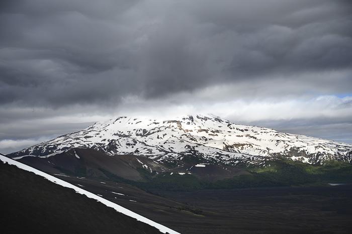 zasnežen vulkan v oblakih