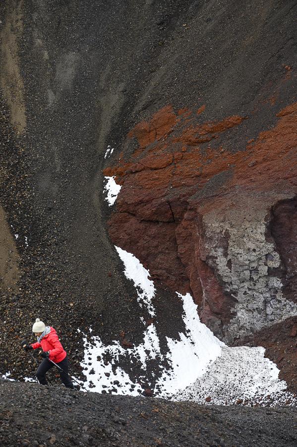 ženska pohodnica na vulkanu