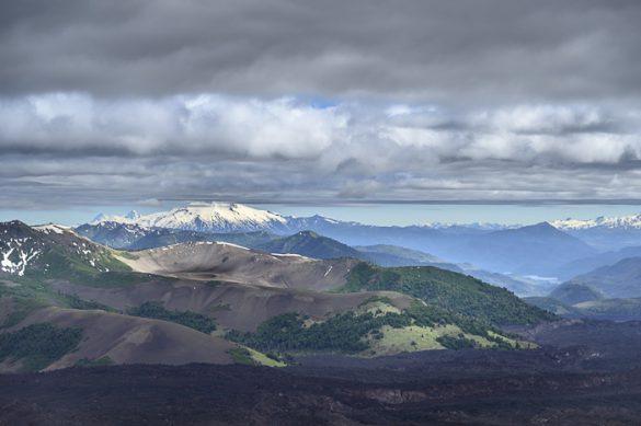 Pogled z vrha kraterja na zelene gozdove v daljavi