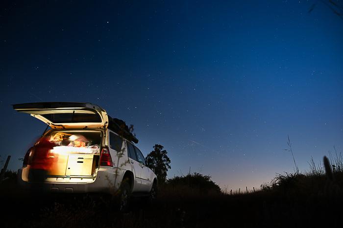 overland vozilo v večerni svetlobi