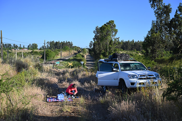 piknik na polju, v ozadju Toyota 4runner