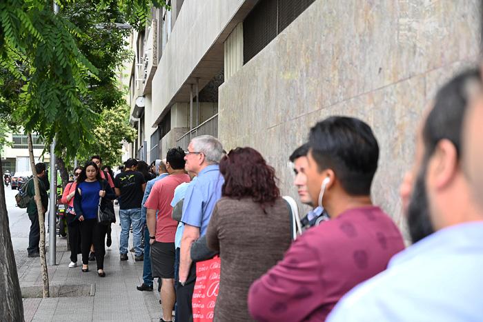 kolona ljudi pred vhodom v stavbo