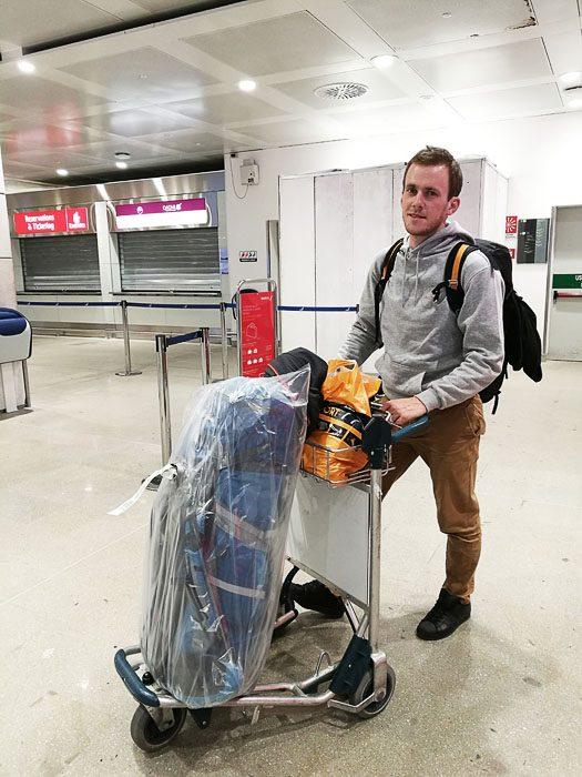 moški s prtljago na letališču
