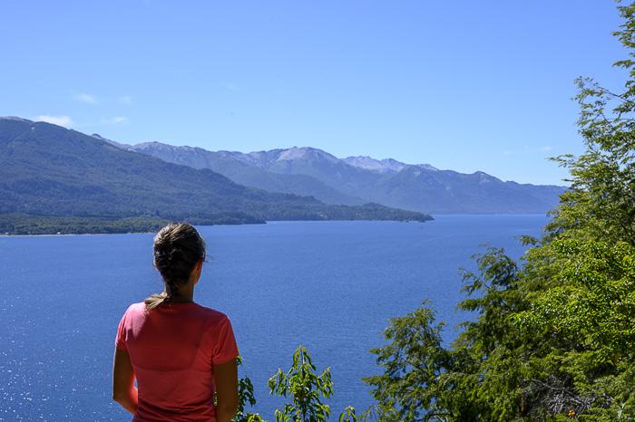 ženska gleda jezero in gore v Argentini