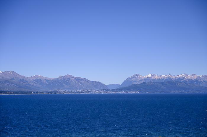 pogled preko jezera na mesto Bariloche
